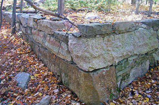 Davis_House_stone_foundation_ruin,_Gardiner,_NY